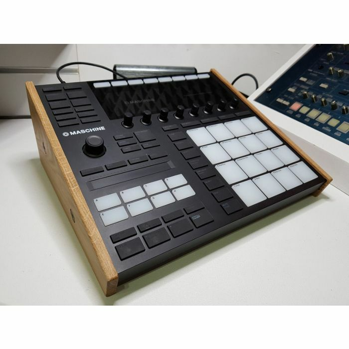 SYNTHS & WOOD - Synths & Wood Solid Oak End Cheeks Stand For Native Instruments Maschine MK3 Controller